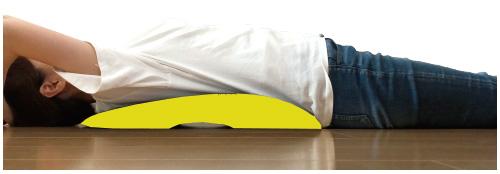 『nobas』を床に置き、ゆっくりと仰向けの姿勢で横になってください。10分ほど横になるだけで穏やかなストレッチ効果が期待できます。